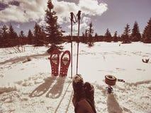 艰苦跋涉的冬天设备:雪靴和迁徙的杆 库存照片