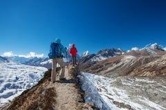 艰苦跋涉的在喜马拉雅山, Khumbu谷远足者 库存图片
