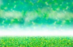 绿色三叶草和黄色开花在被弄脏的bokeh摘要下为 免版税图库摄影