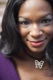 紫色上面的年轻非裔美国人的妇女 免版税库存图片