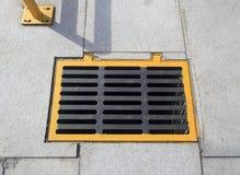黄色下水道盖子 免版税库存照片