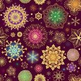 紫色与五颜六色的雪花的圣诞节无缝的样式 免版税库存照片