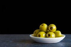 绿色与橄榄油的挖坑的橄榄 免版税库存照片