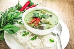 绿色与鸡,普遍的泰国食物的咖喱乳脂状的椰奶 免版税库存照片