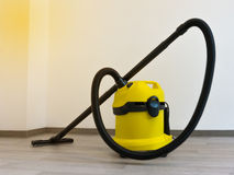 黄色专业吸尘器 免版税库存图片