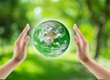 绿色世界在手上,地球在手上 库存图片