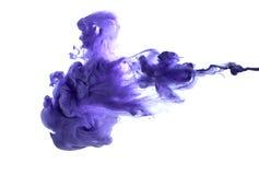 紫色丙烯酸漆在水中 库存照片