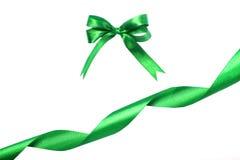 绿色丝带和弓 背景查出的白色 图库摄影