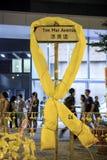 黄色丝带被栓在路标 免版税库存图片