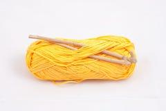 黄色丝球和传统木钩针编织 库存照片