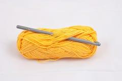 黄色丝球和金属钩针编织 库存图片