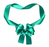 绿色丝绸弓和丝带装饰在白色反对作为框架 免版税图库摄影
