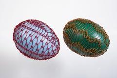 绿色两个架线的复活节彩蛋蓝色和 免版税库存照片