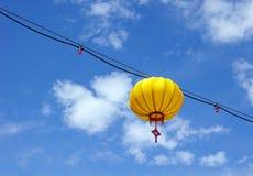 黄色中国灯笼在一个晴天 库存图片