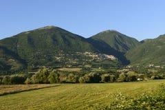 绿色乡下和Poggio Bustone村庄,意大利列蒂谷 图库摄影