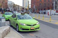 绿色五自治市镇出租汽车在纽约 库存照片