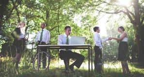 绿色企业运作的商人户外概念 免版税图库摄影