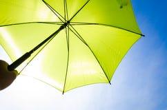 绿色伞和蓝天 免版税库存照片