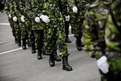 绿色伪装前进的战士 图库摄影
