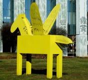 黄色佩格瑟斯雕塑在华沙 免版税库存照片