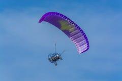 紫色供给动力的纵排巴拉滑翔机飞行 库存照片