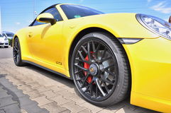 黄色保时捷911 Carrera 4个GTS 库存照片