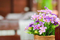 紫色假花盆 免版税库存图片