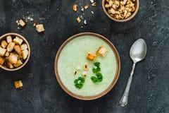 绿色健康奶油色汤用硬花甘蓝,薄脆饼干,腰果,荷兰芹 顶视图 免版税库存照片
