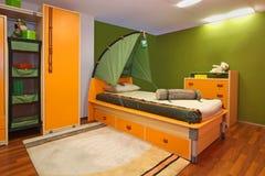 绿色儿童卧室 免版税库存图片