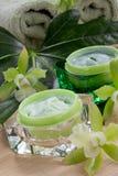绿色兰花和润湿的奶油 免版税图库摄影