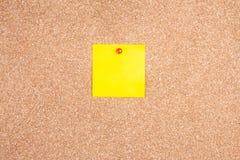 黄色关于黄柏板的提示稠粘的笔记 免版税图库摄影