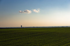 绿色农业领域晴朗的秋天天 库存图片