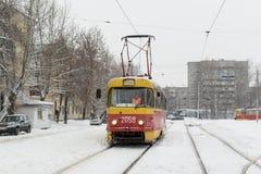 黄色冬天电车和雪在俄国冬天 免版税库存图片