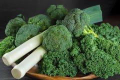 绿色冬天superfood -无头甘蓝嫩卷心菜、硬花甘蓝和韭葱 库存图片
