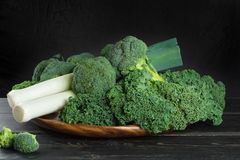绿色冬天superfood -无头甘蓝嫩卷心菜、硬花甘蓝和韭葱 库存照片