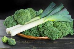 绿色冬天superfood -无头甘蓝嫩卷心菜、硬花甘蓝和韭葱 免版税库存图片