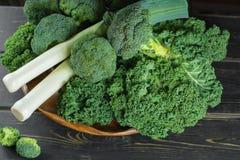 绿色冬天superfood -无头甘蓝嫩卷心菜、硬花甘蓝和韭葱 图库摄影