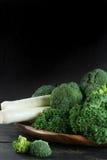 绿色冬天superfood -无头甘蓝嫩卷心菜、硬花甘蓝和韭葱 免版税库存照片