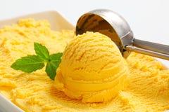 黄色冰淇凌 免版税库存照片
