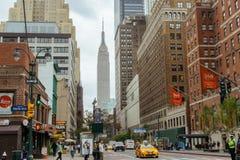 黄色出租汽车和人在纽约街道上  库存照片