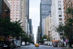 黄色出租汽车和人在纽约街道上  免版税库存照片