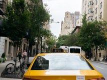 黄色出租汽车和人在纽约街道上  免版税库存图片