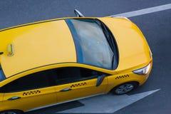 黄色出租汽车在城市移动 免版税库存图片