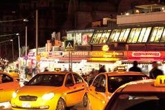 黄色出租汽车在Taksim伊斯坦布尔土耳其 免版税库存图片