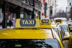黄色出租汽车签到布达佩斯 图库摄影
