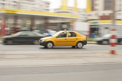 黄色出租汽车被弄脏的背景 免版税图库摄影