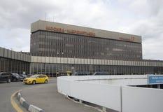 黄色出租汽车从谢列梅机场F终端击退 免版税图库摄影