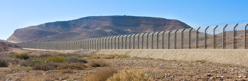 以色列埃及边界篱芭在内盖夫和西奈沙漠 免版税库存照片