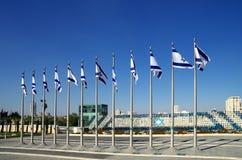 以色列旗子在以色列议会的庭院里 库存图片