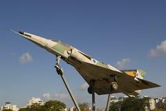 以色列空军队Kfir C2在一个圆形交通路口的喷气式歼击机在啤酒舍瓦 库存图片